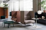 Sessel mit hohen Lehnen in einem großen hellen Raum