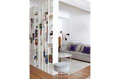 Weißes Holzregal als Raumtrenner im Wohnzimmer