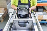 """Der Hightech-EC-Lüftermotor wird langsam von Hand abgesenkt und mit der """"Skyline""""-Karosserie """"verheiratet"""". Kompakt, leise und hocheffizient bildet er das Herzstück der Dunstabzugshaube.  Weitere Infos: berbel.de      Weitere Themen:   Dunstabzüge für die Küche  Kochfeld mit Abzug  Dunstabzüge für beste Luft in der Küche"""