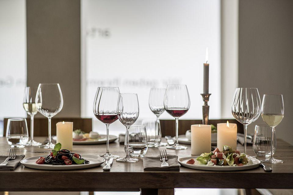 """Ein stilvoll gedeckter Tisch mit verschiedenen Gläsern aus der """"Prizma""""-Serie von Zwiesel"""