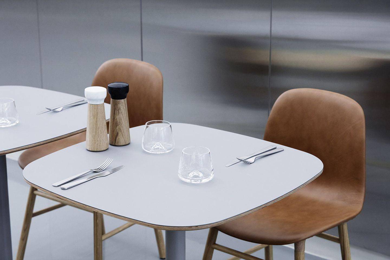 Zwei rudimentär gedeckte Tische mit Messer und Gabeln, Salz- und Pfeffermühlen sowie zwei Whiskeygläsern von Normann Copenhagen