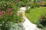 Gebogener Gartenweg aus Natursteinplatten