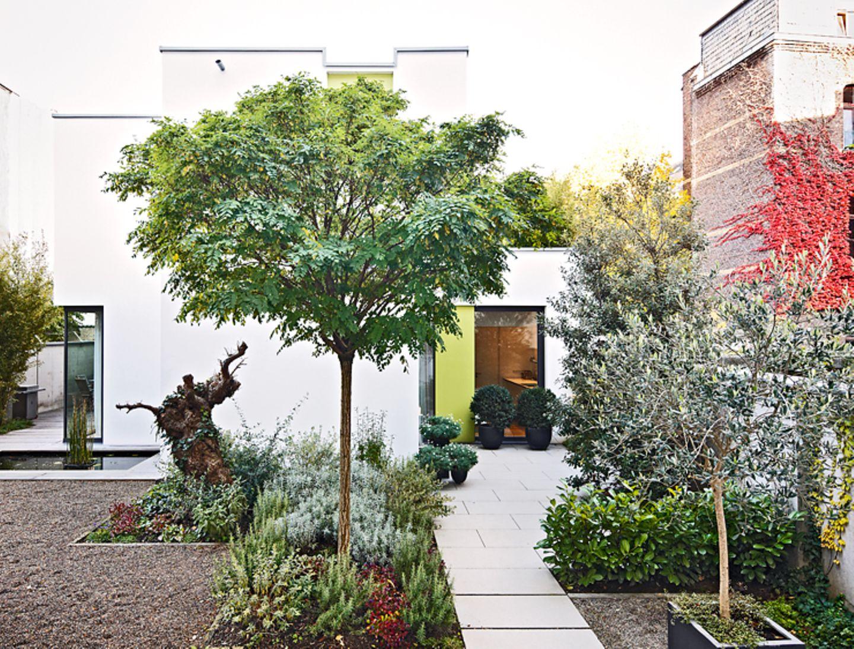 Vorgarten mit Steinplatten und Blumenbeeten