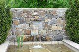 Gartenmauer mit kleinem Wasserfall