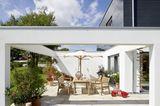 Offene Terrasse in Weiß bei Sonnenschein