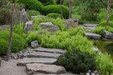 Trittsteine führen zum Teehaus im japanischen Garten