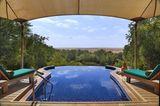 Pool des Al Maha Resort & Spa mit Blick auf die Wüste
