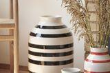 """Drei unterschiedliche große """"Omaggio""""-Vasen in Rot und Schwarz auf dem Boden"""