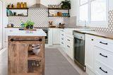 Küche mit Kochinsel aus Holz und Wandfliesen