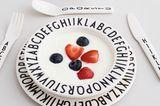 Kindergeschirr und -besteck mit Arne Jacobsen-Typografie von Designletters