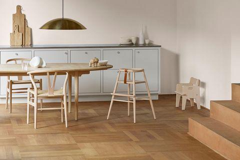 Esszimmer mit Sitzmöbeln und Hochstuhl von Carl Hansen & Søn