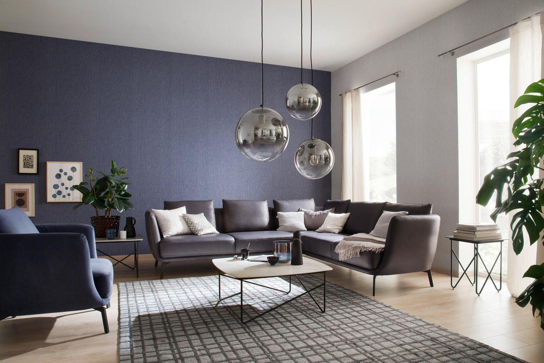 """Ecksofa """"Pearl"""" im Wohnzimmer mit blauer Wand"""