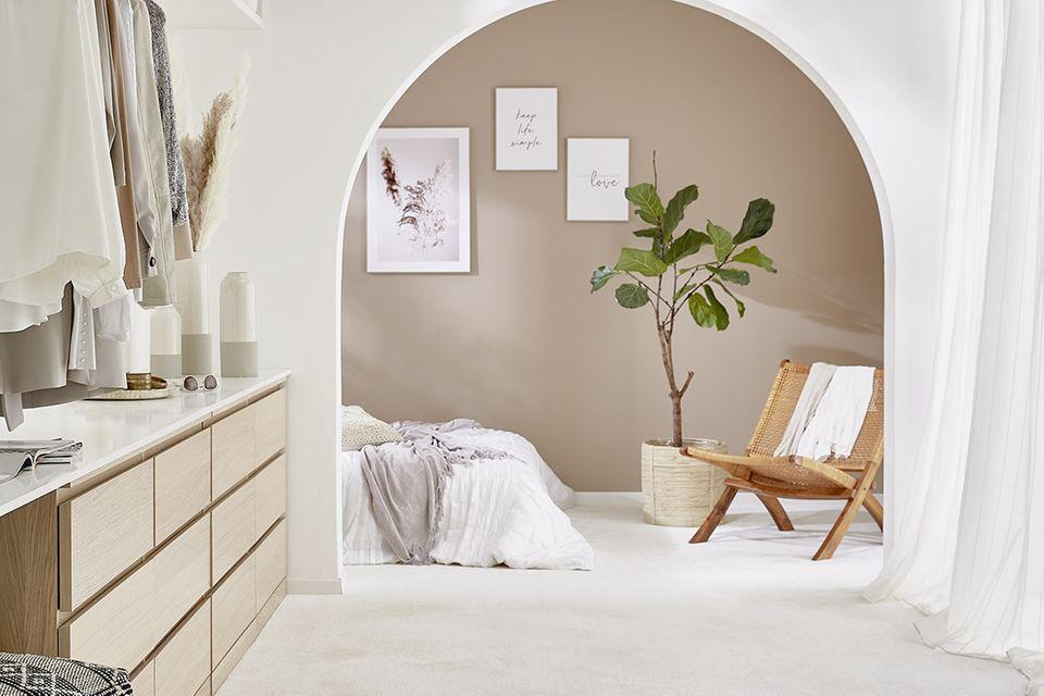"""Mondänes Schlafzimmer mit Rundbogen und dem Teppichboden """"Vicenza"""" von Kibek"""