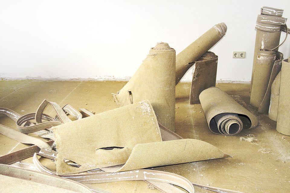 Alte Teppichreste während einer Renovierung
