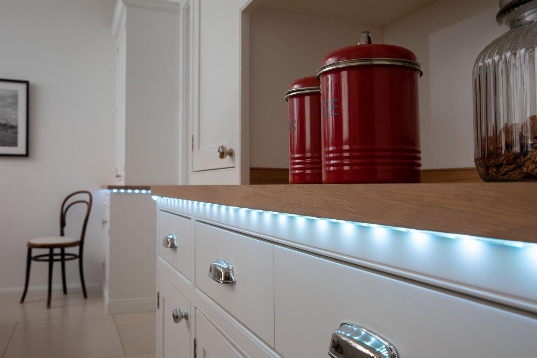 LED-Stripes von Ledvance unter einer Küchenarbeitsplatte montiert