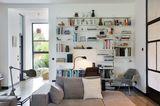 Bücherwand mit Schreibtisch im Wohnzimmer