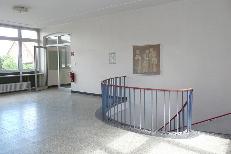 Schulfoyer vorher mit Treppe zur Werkstatt