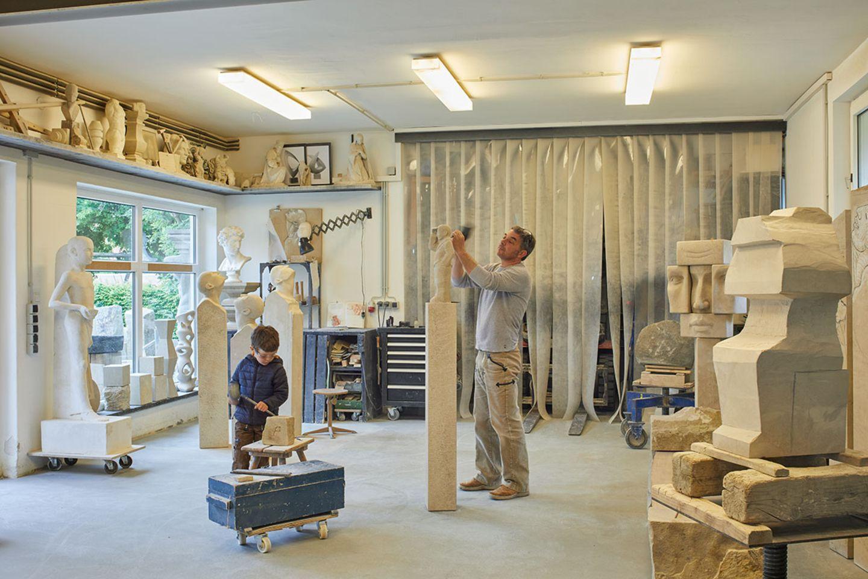 Bildhauerwerkstatt mit Damen und Sohn