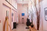 Schulflur mit  rosa Wänden