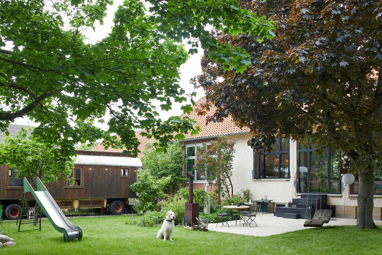 Garten mit Terrasse und Bauwagen
