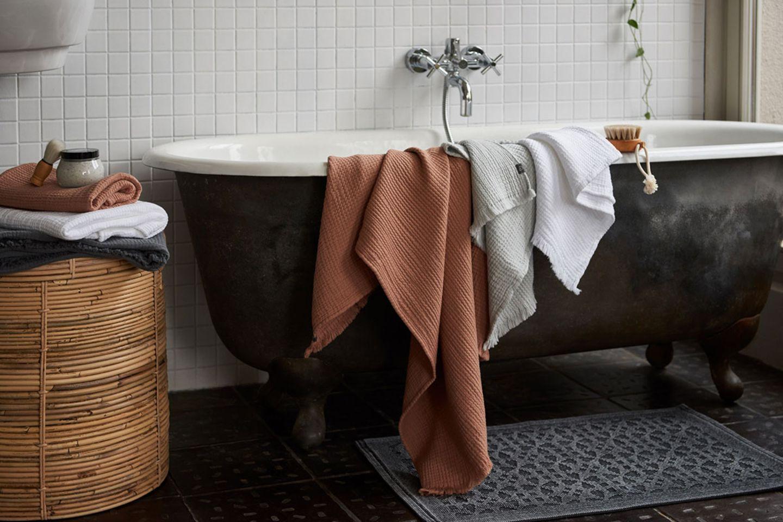 Musselin-Handtücher in Terracotta und Grau im Badezimmer