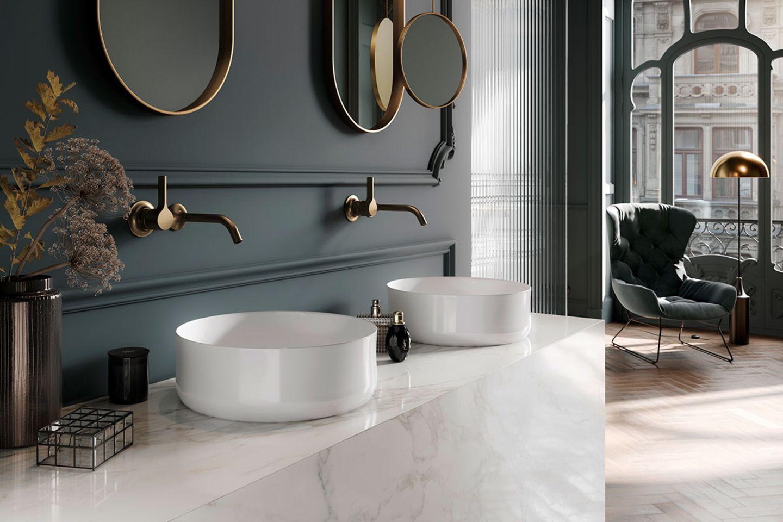 Badezimmer mit Doppelwaschtisch und Goldelementen
