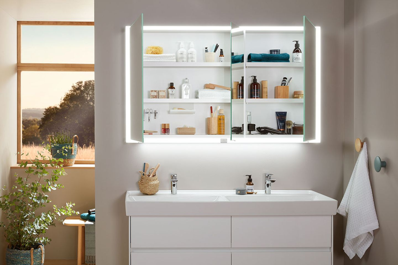 Badezimmer mit Trennwand und Spiegelschrank