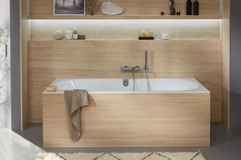 Badezimmer mit Holzverkleidung an Wanne und Wand