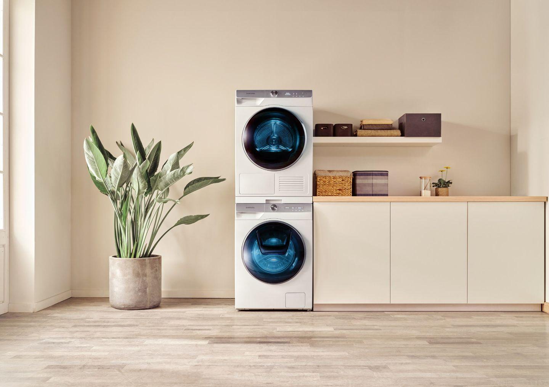 Hauswirtschaftsraum mit Waschmaschine und Trockner von Samsung