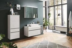 Badezimmer mit Grünpflanzen und blaugrüner Wandfarbe