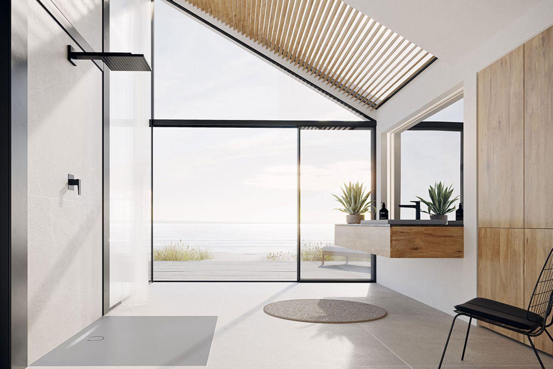 Badezimmer mit großer Fensterfront und Ausblick aufs Meer