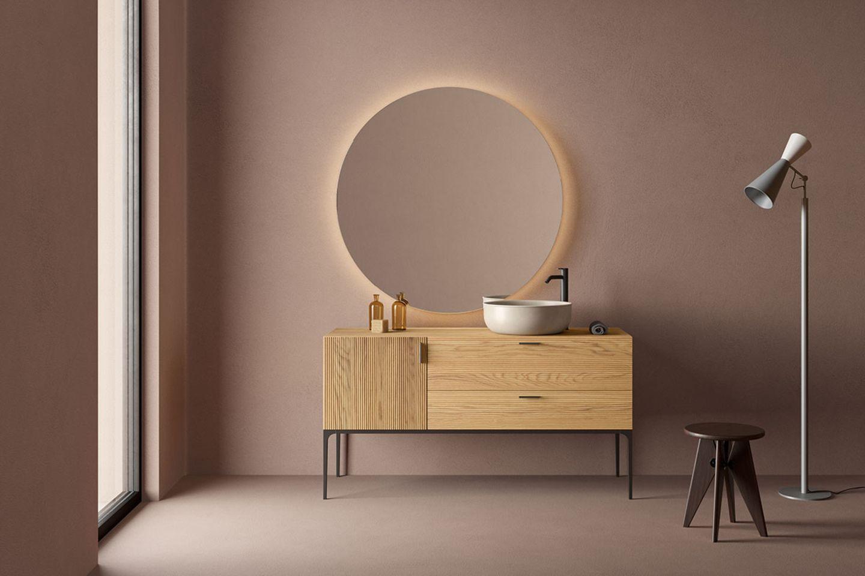 Badezimmer in Blush mit Solitär-Möbeln und Spiegel