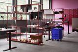 Office mit offenen Regalen in Beerentönen
