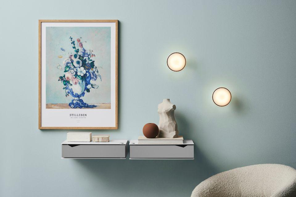Spotbeleuchtung an einer hellblauen Wohnzimmerwand