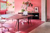 Büro-Nische in Pink mit Zimmerpflanzen und Fensterfront