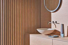 """Modulares Möbelsystem und Aufsatzbecken """"Oyster"""" im Badezimmer"""