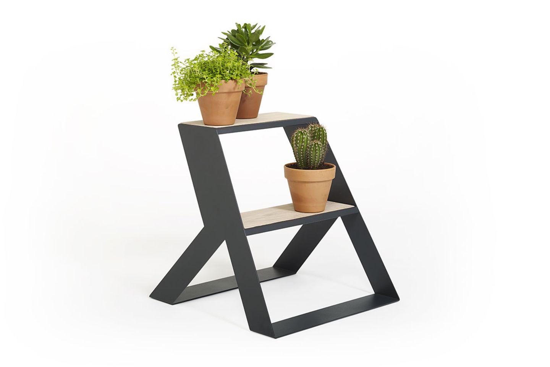 Tritt aus Stahl und Holz mit Grünpflanzen