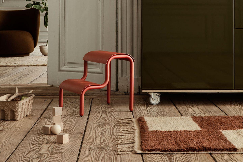 Roter Stufenhocker aus Eisen im Wohnzimmer