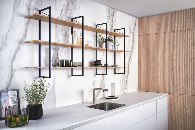 Wand- und Schrankfronten mit Regal in der Küche