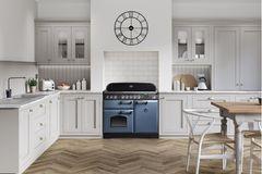 Blauer Landhausherd von Falcon in weißer Landhausküche