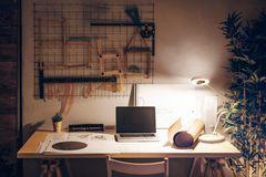 Schreibtischlampe auf einer Tischplatte im Home Office