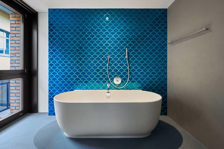 """""""Luv""""-Badewanne von Duravit vor einer blau gefliesten Wand"""