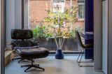 Loungesessel vor großem Fenster