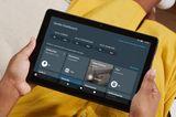Amazon-Tablet in Frauenhänden