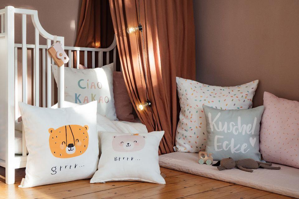 Kinderzimmer mit vielen Kissen und Matratze auf dem Boden