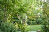 Gartensteeg mit Rasenfläche im Hintergrund