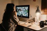 Frau vor Bildschirm mit Schreibtischlampe
