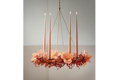Hängender Adventskranz mit rosa Kerzen, Hagebutten und pastellfarbenen Weihnachtssternen