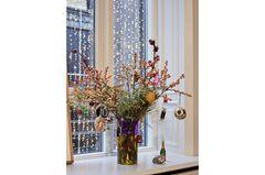 Bunte Glasvase von Cody Foster mit Beerenzweigen und Weihnachtsanhängern