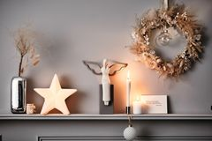 Diverse Weihnachtsdeko auf einem Kaminsims